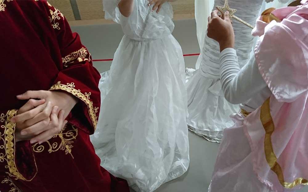 Drei Mädchen und ein Junge tragen Prinzessinnen- und Prinzenkostüme.