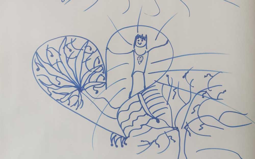 Auf einem weissen Papier ist eine einfache Zeichnung mit blauer Farbe. Es hat zwei Menschen, Bäume, Berge, Sonne, Felder.