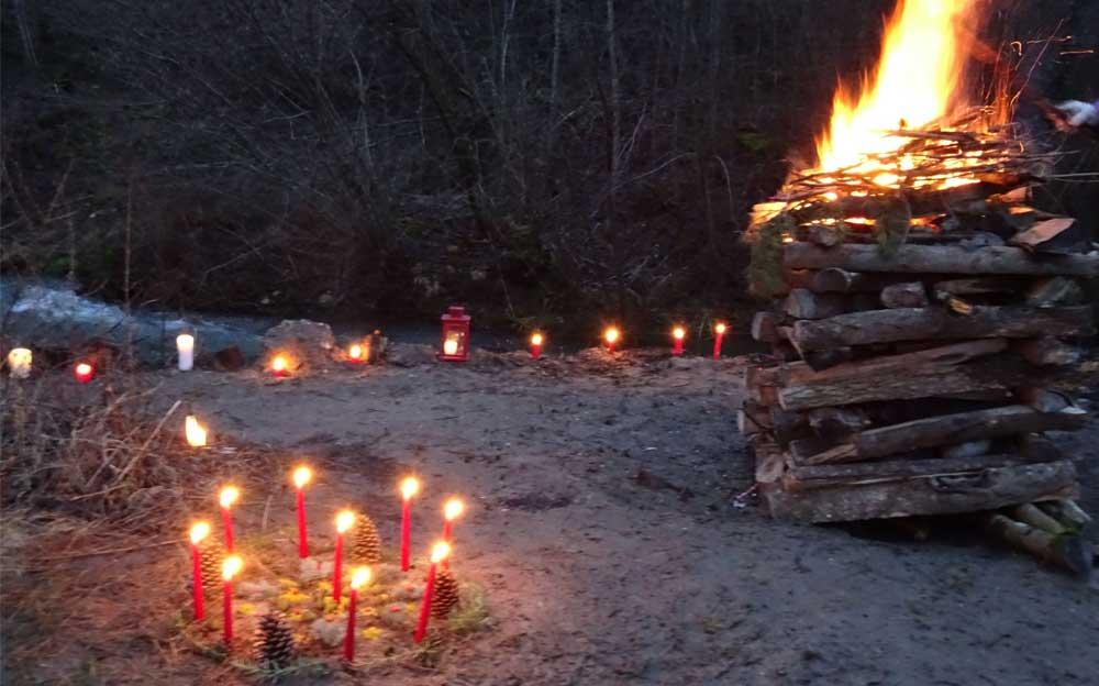 Schwitzhütten Zeremonie in der Natur mit Feuer und Kerzen.