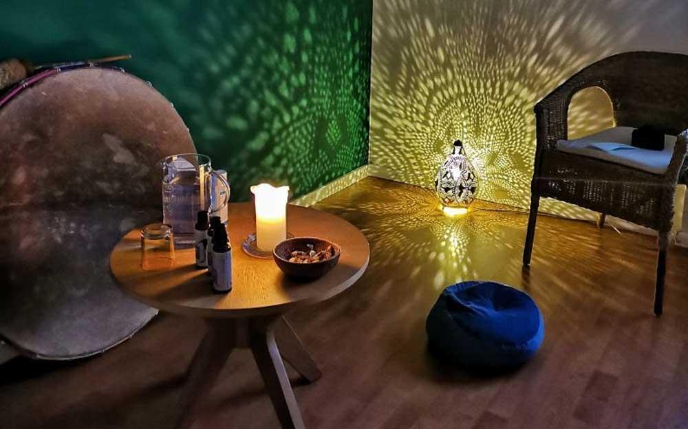 Studio Raum von Manuela Krah mit einer Laterne, welche ein Licht Muster wirft.